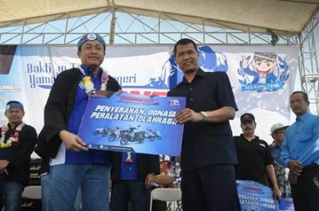 Penyerahan donasi simbolis oleh Sutarya Direktur Sales Yamaha Indonesia