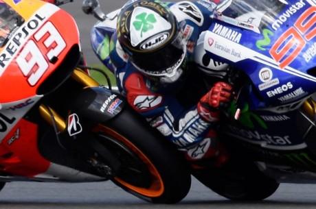 Foto-Senggolan-Marquez-dengan-Lorenzo-di-MotoGP-Silverstone-2014-Foto-01-1024x681