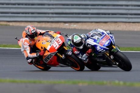 Foto-Senggolan-Marquez-dengan-Lorenzo-di-MotoGP-Silverstone-2014-Foto-02-1024x681
