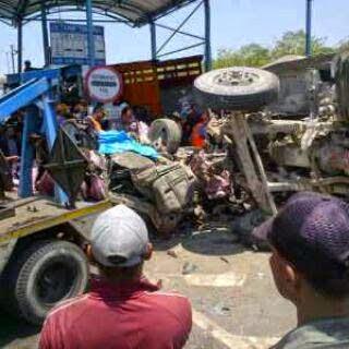 Honda Jazz Ringsek di Suramadu karena Tabrakan Karambol 2