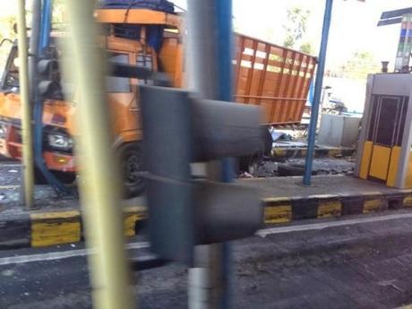 Honda Jazz Ringsek di Suramadu karena Tabrakan Karambol 4