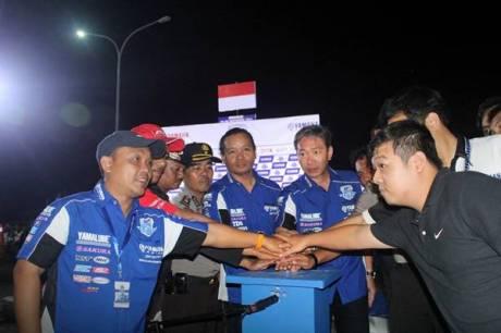 Management Yamaha Indonesia di opening race malam seri ke-7 Yamaha Cup Race di sirkuit area Trans Studio Makassar