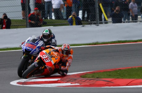 Marquez-Overtake-Lorenzo-di-MotoGP-Silverstone-2014