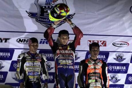 Podium kelas YCR1 (Bebek Tune Up 125 cc Seeded) race malam seri ke-7 Yamaha Cup Race di Makassar