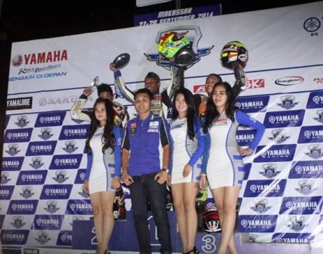 Podium kelas YCR2 (Bebek Tune Up 110 cc Seeded) race malam seri ke-7 Yamaha Cup Race di Makassar