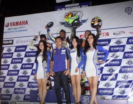 Podium kelas YCR2 (Bebek Tune Up 110 cc Seeded) race malam seri ke-7 Yamaha Cup Race di Makassar