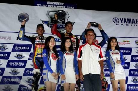 Podium kelas YCR4 (Bebek Tune Up 110 cc Pemula) race malam seri ke-7 Yamaha Cup Race di Makassar
