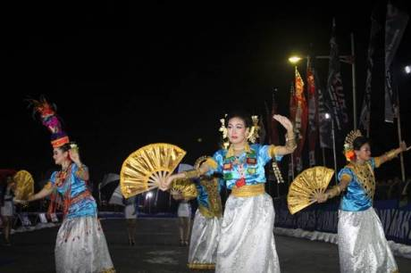 Tarian tradisional di opening race malam seri ke-7 Yamaha Cup race di sirkuit area Trans Studio Makassar