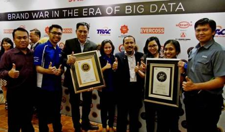 Tim Yamaha Indonesia di Indonesia Best Brand Award 2014 seremoni. Tampak M.Abidin GM Service&Motorsport dan Mohammad Masykur Asisten GM Marketing