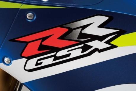 093014-motogp-2015-suzuki-GSX-RR_decal-583x389