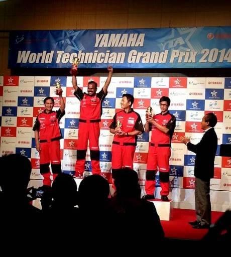 Asep Sumpena Teknisi Yamaha Indonesia (paling kanan kacamata) di podium peringkat ketiga Commuter Class Model WTGP 2014