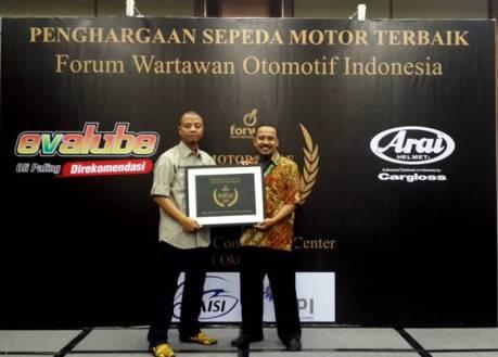 Asisten GM Marketing Mohammad Masykur dan Ketua Umum Forwot Indra Prabowo dengan penghargaan R25 sebagai Motorcycle of The Year 2014 Forwot Award
