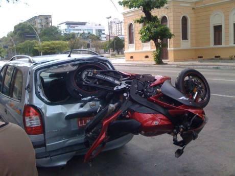 kecelakaan aneh ban belakang yamaha R1 nyungsep di kaca belakang mobil
