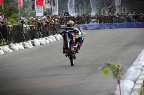 Keramaian penonton di kualifikasi seri 8 Yamaha Cup Race area Pantai Donggala Sulawesi Tengah