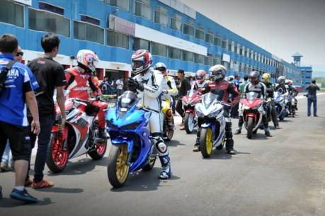 Komunitas R-Series Yamaha dalam praktek Track Day di Sentul International Circuit (4)