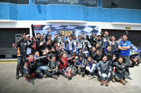 Komunitas R-Series Yamaha dan pembalap Yamaha foto bersama di event Track Day di Sentul International Circuit