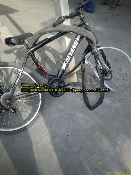 sepeda onthel tabrak mobil berstrobo di yogyakarta