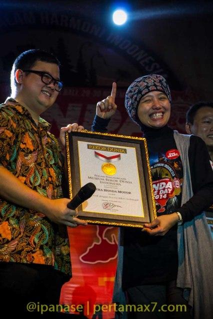 AHM Pecahkan rekor Muri Penari Kecak Dengan Peserta Bikers terbanyak 2014_-5