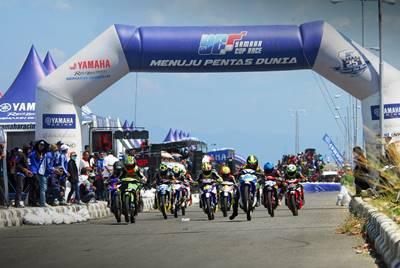 Balapan Seri 8 Yamaha Cup Race di sirkuit area Pantai Donggala Palu Sulteng