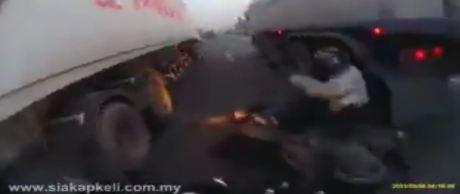 biker terlindas truk saat mau nyelip