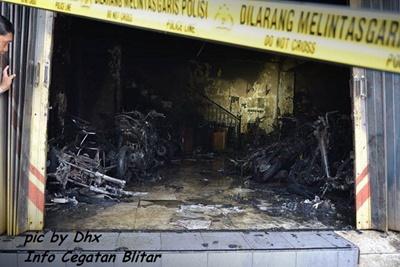 Dealer Putra Aries Motor Blitar Terbakar 34 motor hangus 4