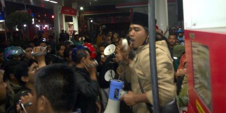 Demo Kenaikan BBM Himpunan Mahasiswa Islam Malang ini Malah bakar Ban di SPBU dibubarkan warga