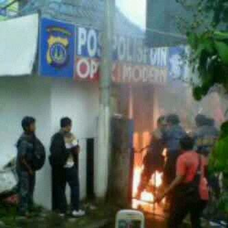 demo kenaikan bbm mahasiswa uin bakar pos polisi