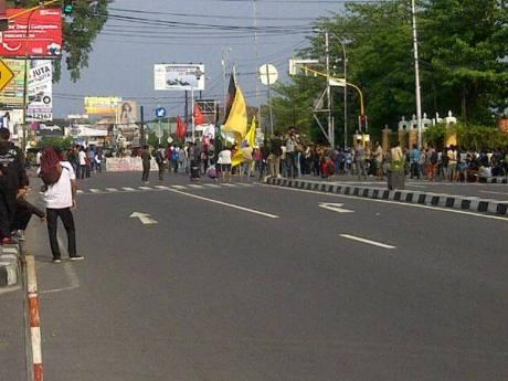 Demo mahasiswa UIN suka Jogja BLokir Jalan  laksda adisucipto yogyakarta