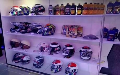 Deretan helm Yamaha yang dipamerkan dan dijual di Indonesia Motorcycle Show