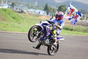 Fitriansyah Kete menunggangi Jupiter Z1 selebrasi double winner Indoprix 2014