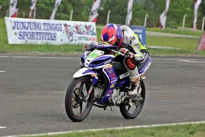Fitriansyah Kete (Yamaha Tunggal Jaya) menunggangi Jupiter Z1 meraih pole position kelas 125 cc dan 110 cc Seri 5 Indoprix 2014 di Sirkuit Balipat Binuang Banjarmasin (1)