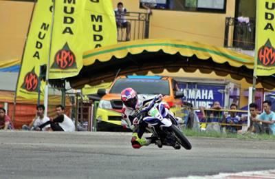 Fitriansyah Kete (Yamaha Tunggal Jaya) menunggangi Jupiter Z1 meraih pole position kelas 125 cc dan 110 cc Seri 5 Indoprix 2014 di Sirkuit Balipat Binuang Banjarmasin (2)