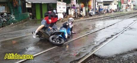 Kecelakaan honda beat tergelincir di rel kereta api