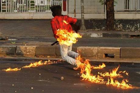 Mahasiswa UNM Terbakar Bom Molotovnya sendiri saat Demo kenaikan Harga BBM 1