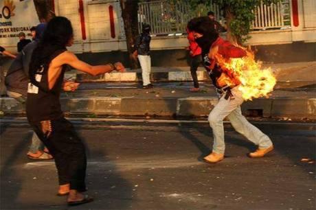 Mahasiswa UNM Terbakar Bom Molotovnya sendiri saat Demo kenaikan Harga BBM 2