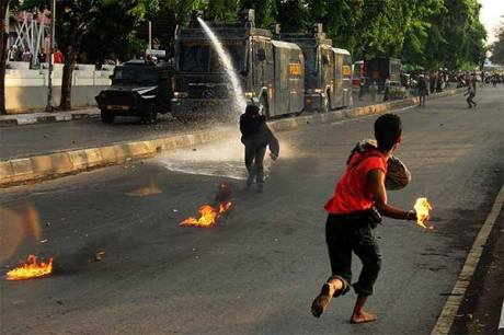 Mahasiswa UNM Terbakar Bom Molotovnya sendiri saat Demo kenaikan Harga BBM 3