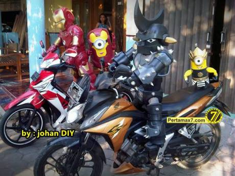 Model Kostum Ironman Made in Jogja naik Motor 2