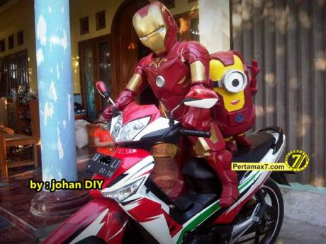 Model Kostum Ironman Made in Jogja naik Motor 3
