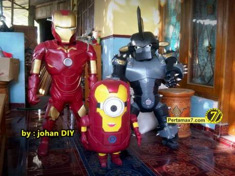 Model Kostum Ironman Made in Jogja naik Motor 7
