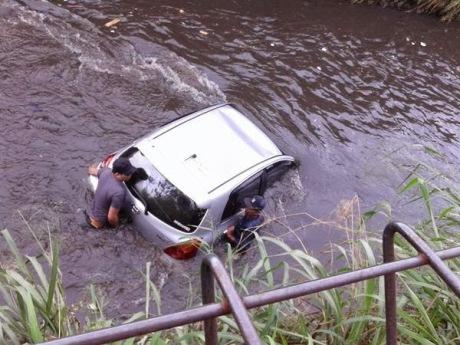 Toyota yaris tercebur di Sungai bandung 1