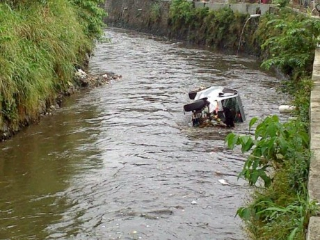 Toyota yaris tercebur di Sungai bandung 2