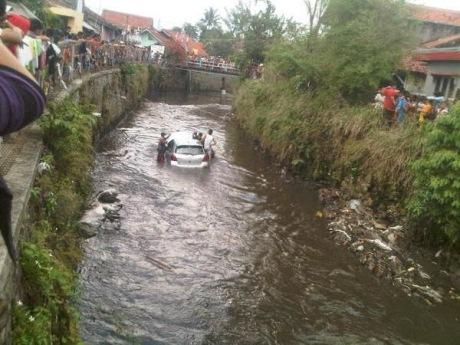 Toyota yaris tercebur di Sungai bandung 3