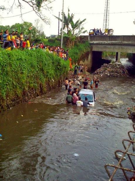 Toyota yaris tercebur di Sungai bandung 4