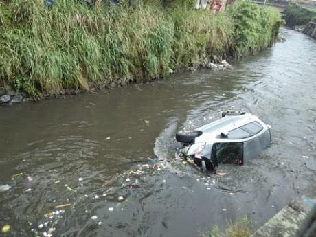 Toyota yaris tercebur di Sungai bandung 5
