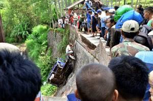 viar roda tiga bawa 15 orang nyungsep jurang di malang jatim