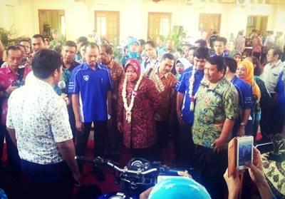 Walikota Surabaya IbuTri Risma Harini dan Direktur PT YIMM Bapak Teddy Cahyadi Jacob menyaksikan kreatifitas SMKN 2 Surabaya