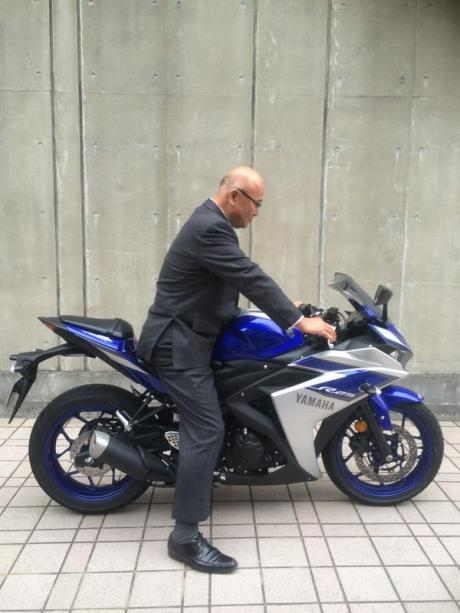 Yamaha R25 Sampai di Japan  pria 180 cm