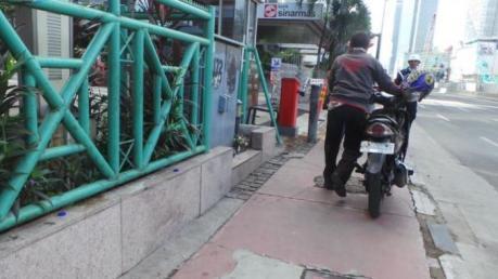 bapak ini dorong motor saat pelarangan motor melintas jalan thamrin