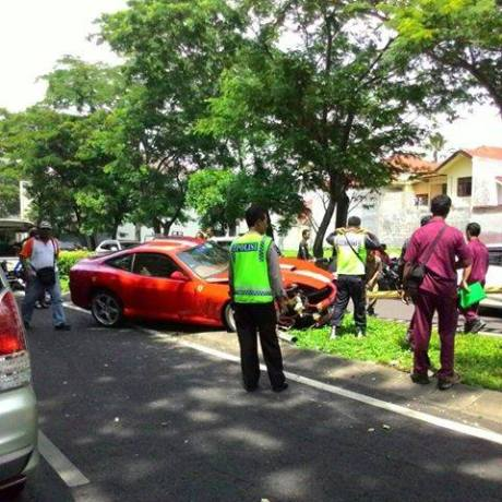 Ferrari merah tabrak tiang listrik di Surabaya