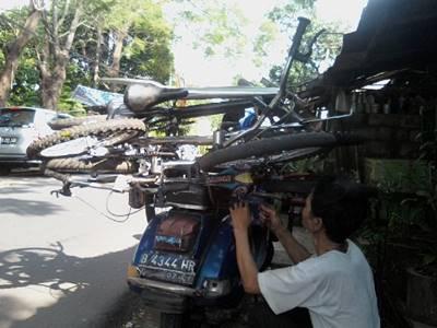 ilustrasi bawa sepeda ontel melintang